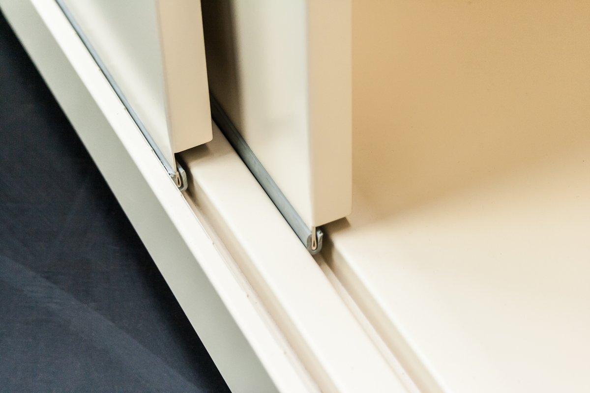 Metalowa szafa regał do biura zamykana drzwiami żaluzjowymi