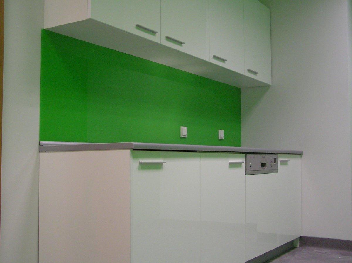 Meble kuchenne do biura białe z zielonymi płytkami