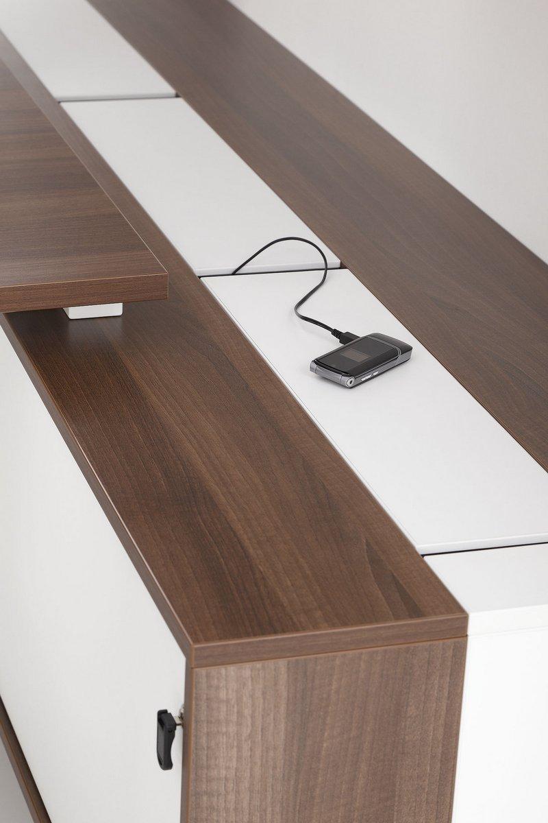 Szafka do biurek Pluris ze schowanym okablowaniem blat biurka