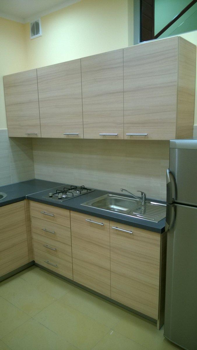 Kuchnia biurowa jasna , kolor blatu kuchennego szary