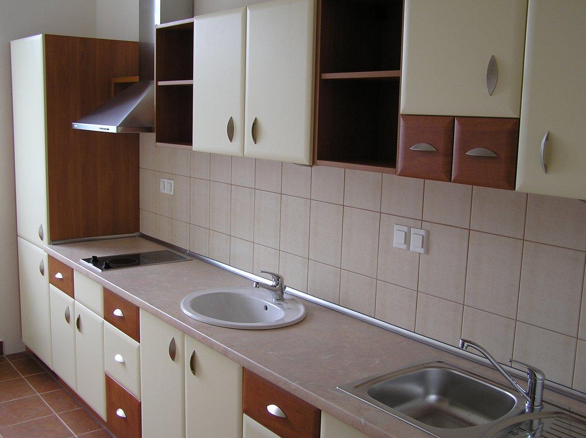 Kremowo-brązowe szafki kuchenne do biura