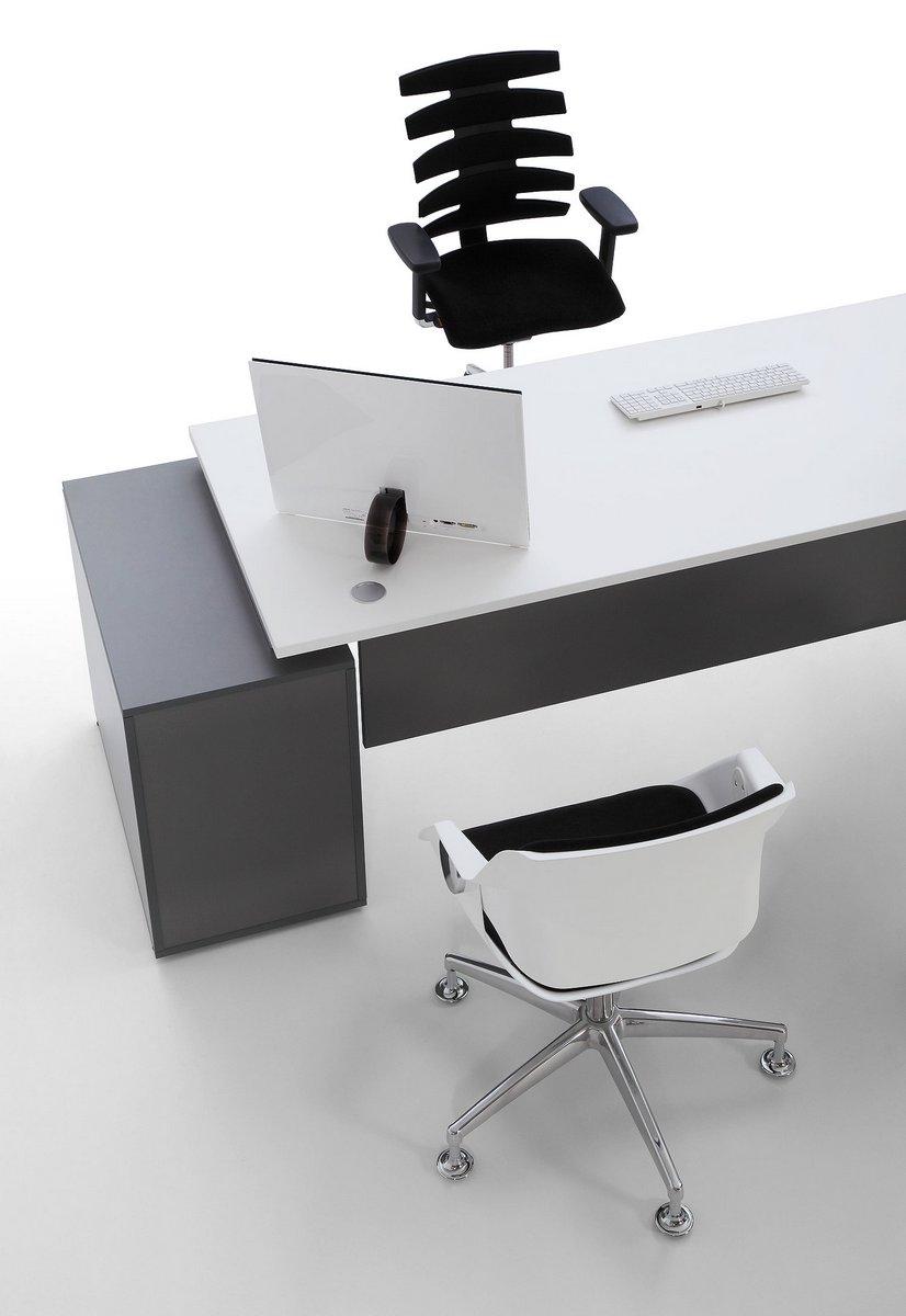 Biało szare biurko dla pracownika systemu Pluris