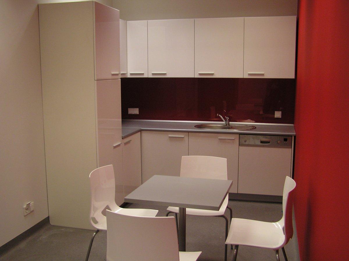 Kuchnia biurowa biała z szarym blatem