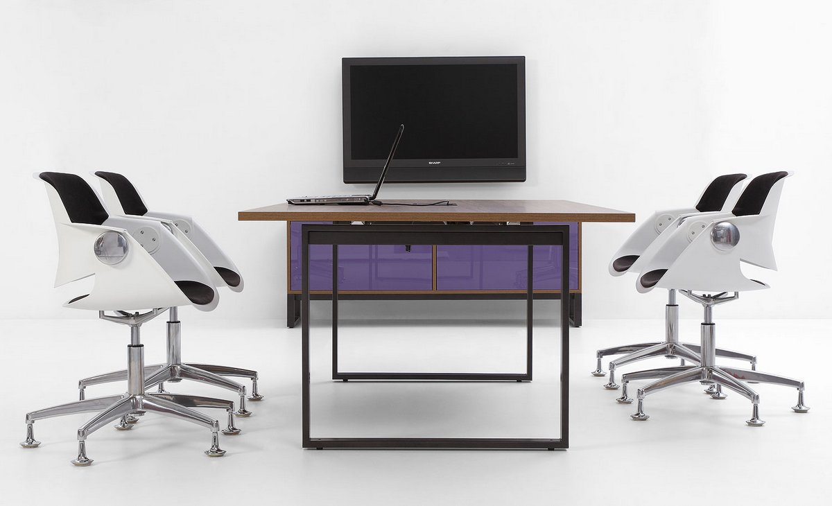 Meble biurowe systemu Pluris w sali konferencyjnej stół konferencyjny Pluris