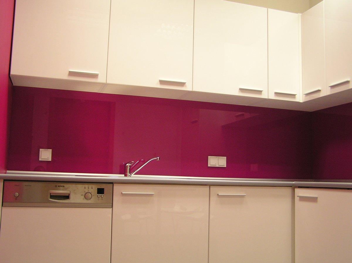 Kuchnia biurowa biało - różowa
