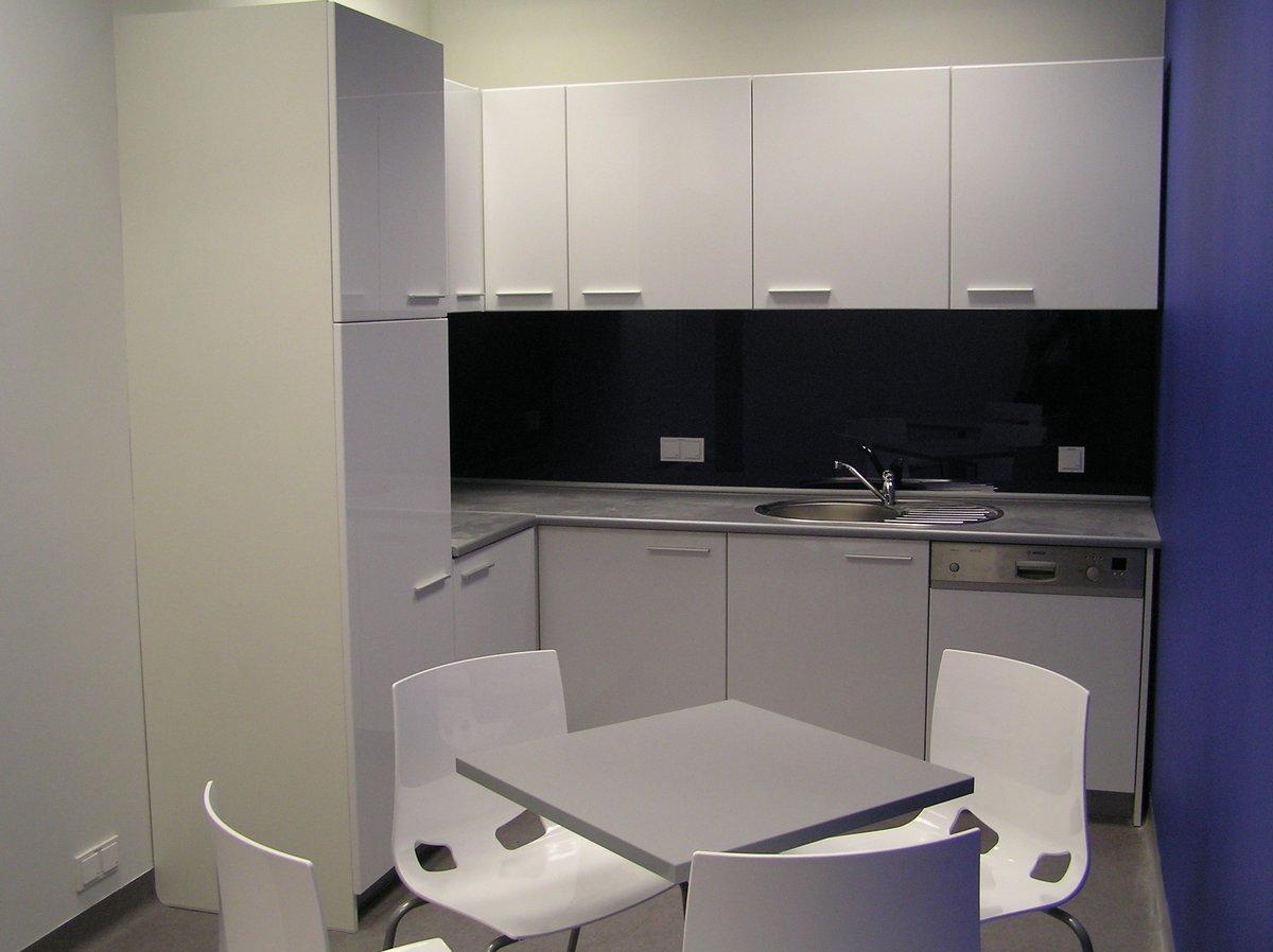 Kuchnia biurowa biało- szaro-czarna