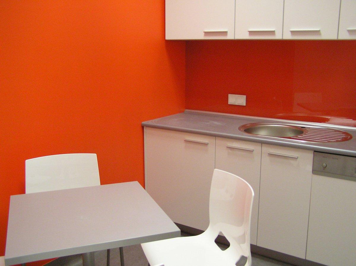 Kuchnia biurowa biało-szara- pomarańczowa