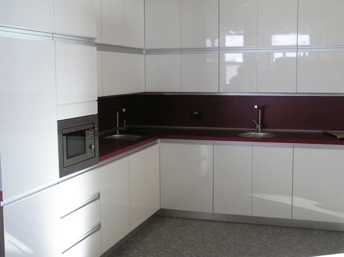 Białe meble kuchenne w kuchni biurowej