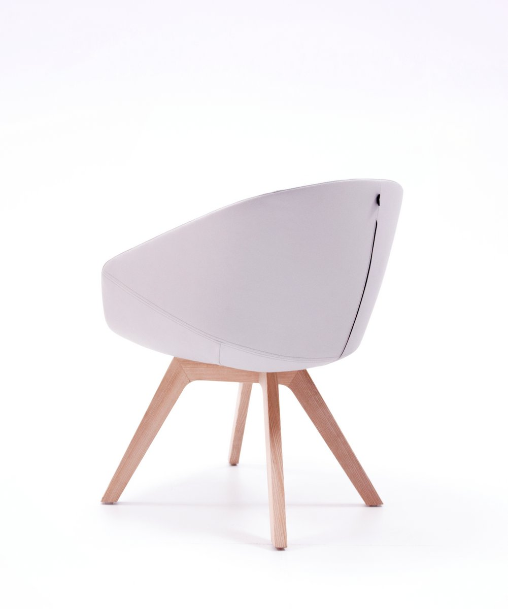 Biały fotel biurowy OCCO stelaż drewno lite jesionowe siedzisko tapicerowane tkaniną