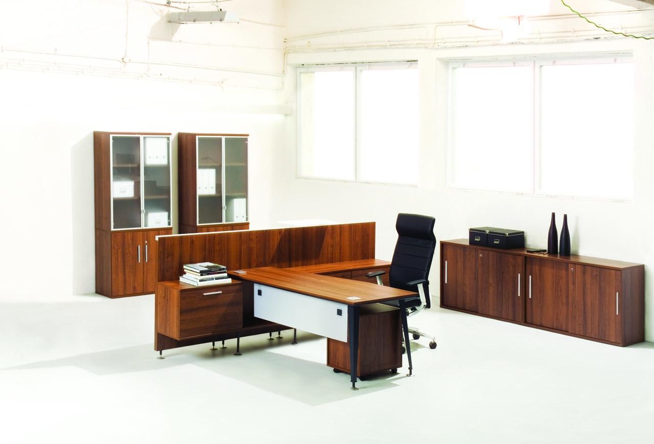 Meble biurowe dla pracownika EVO, brązowe biuro z białą blendą, regał biurowy na segregatory