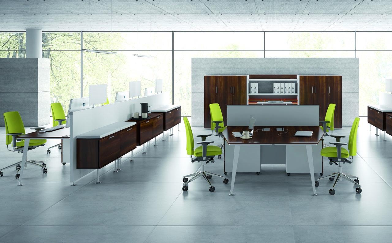 Meble biurowe EVO do biura. biurka dla pracowników brązowe, ścianki działowe do biurek, szafki biurowe