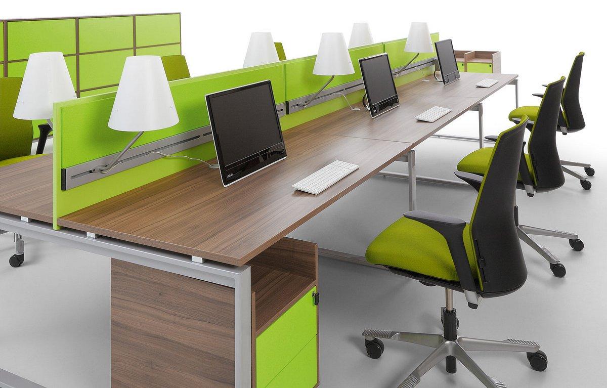 Meble biurowe Pluris wielostanowiskowe stanowiska pracy biurka typu bench ze ściankami działowymi