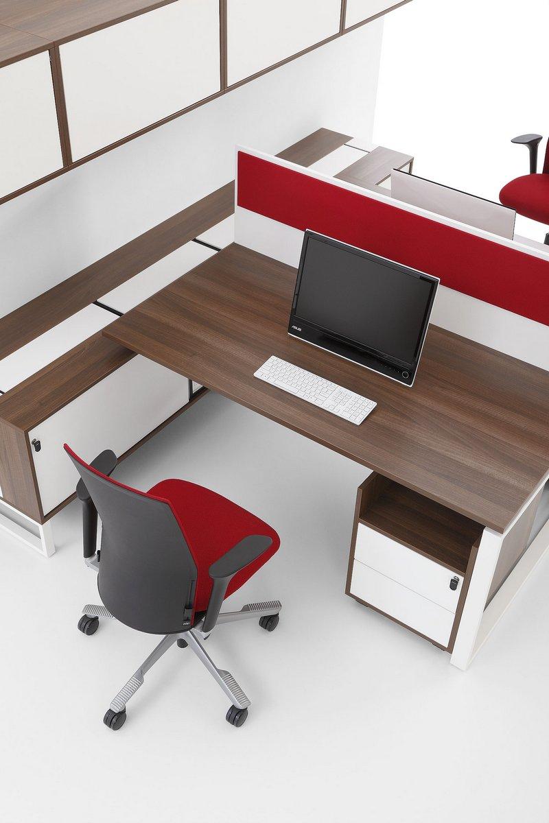 Biurka Pluris z podwójnym blatem ścianka działowa szafki nad biurkami szafki podbiurkowe