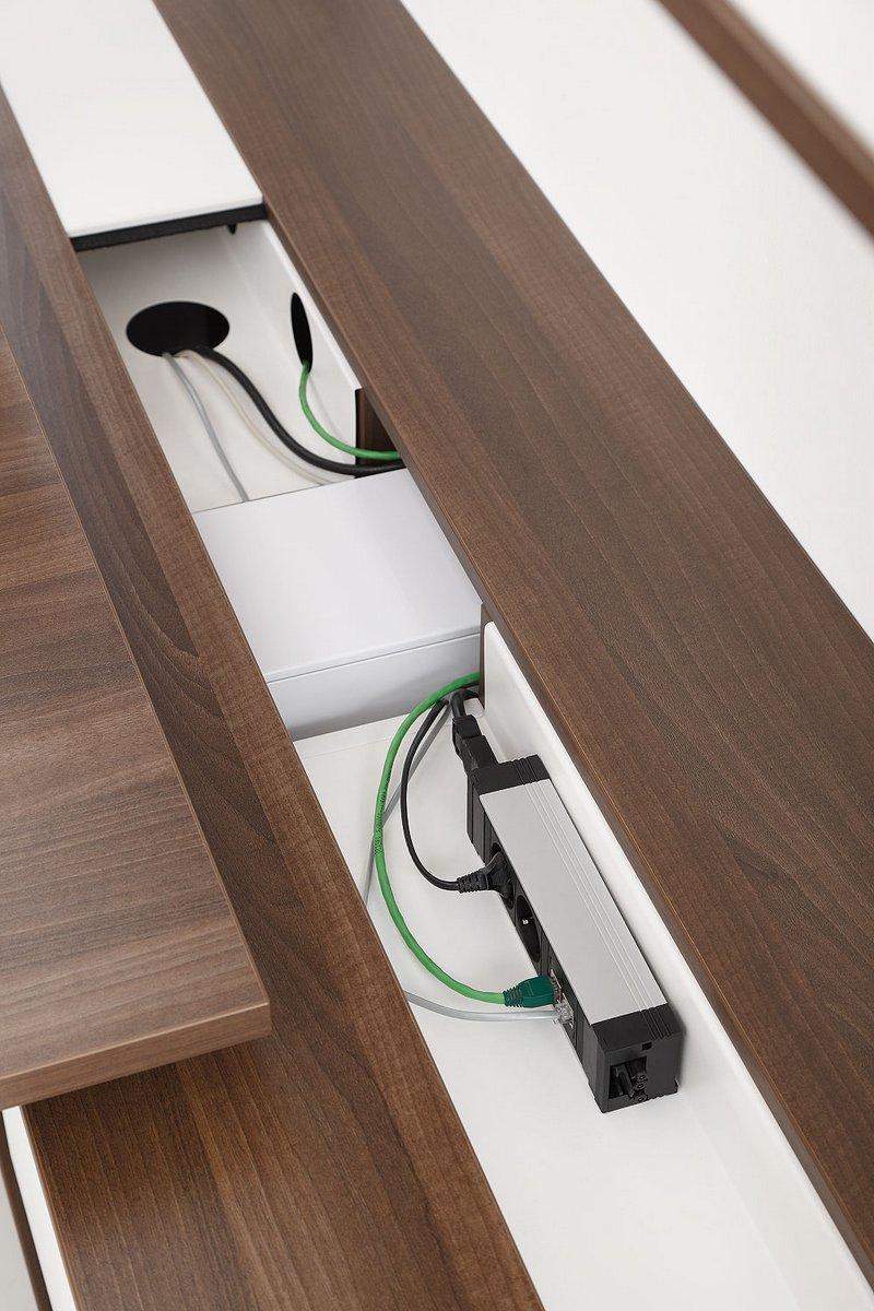 Port z gniazdami do szafek biurowych systemu mebli pracowniczych Pluris