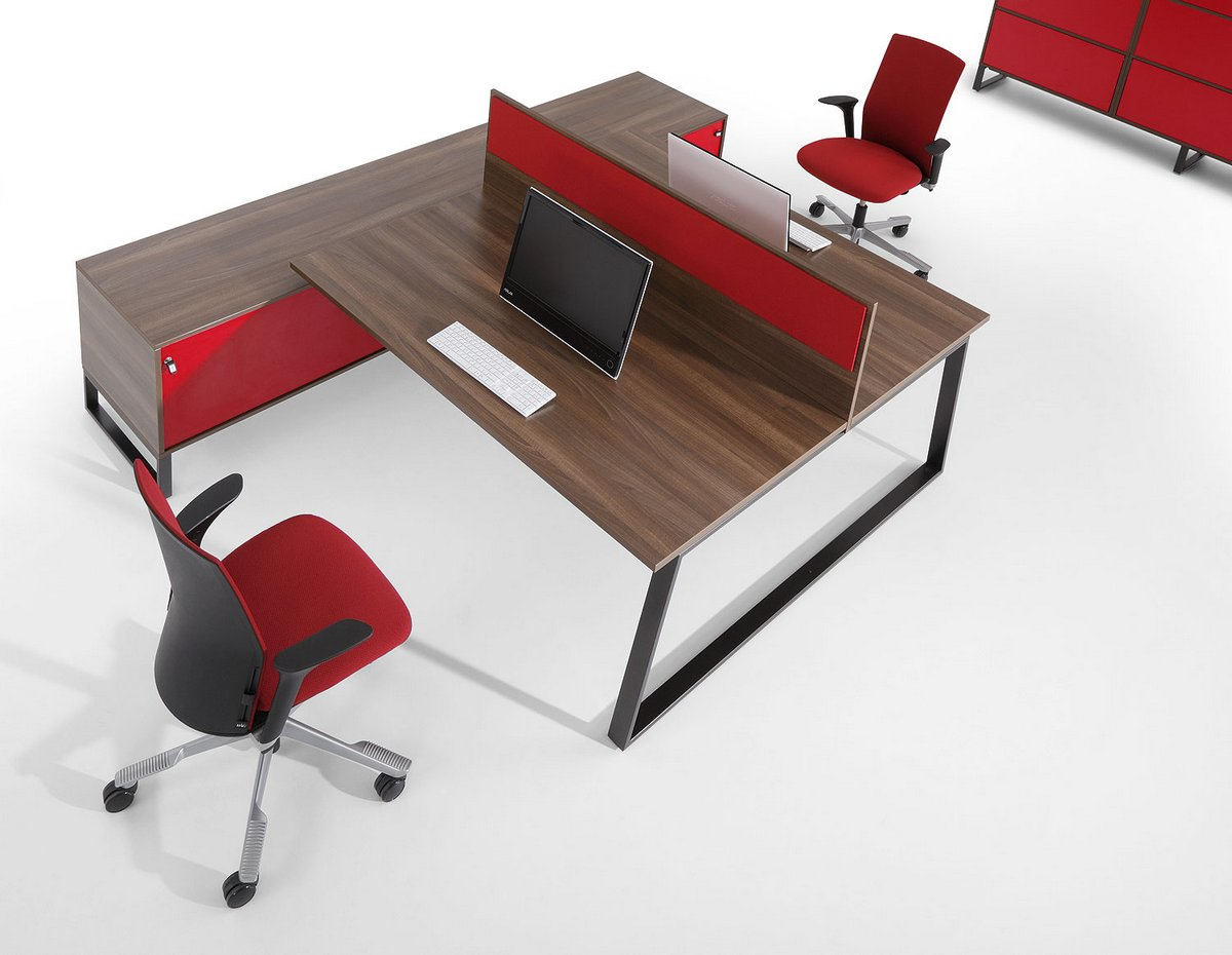 Czerwone wykończenia mebli biurowych Pluris biurka dla pracowników czerwona ścianka działowa