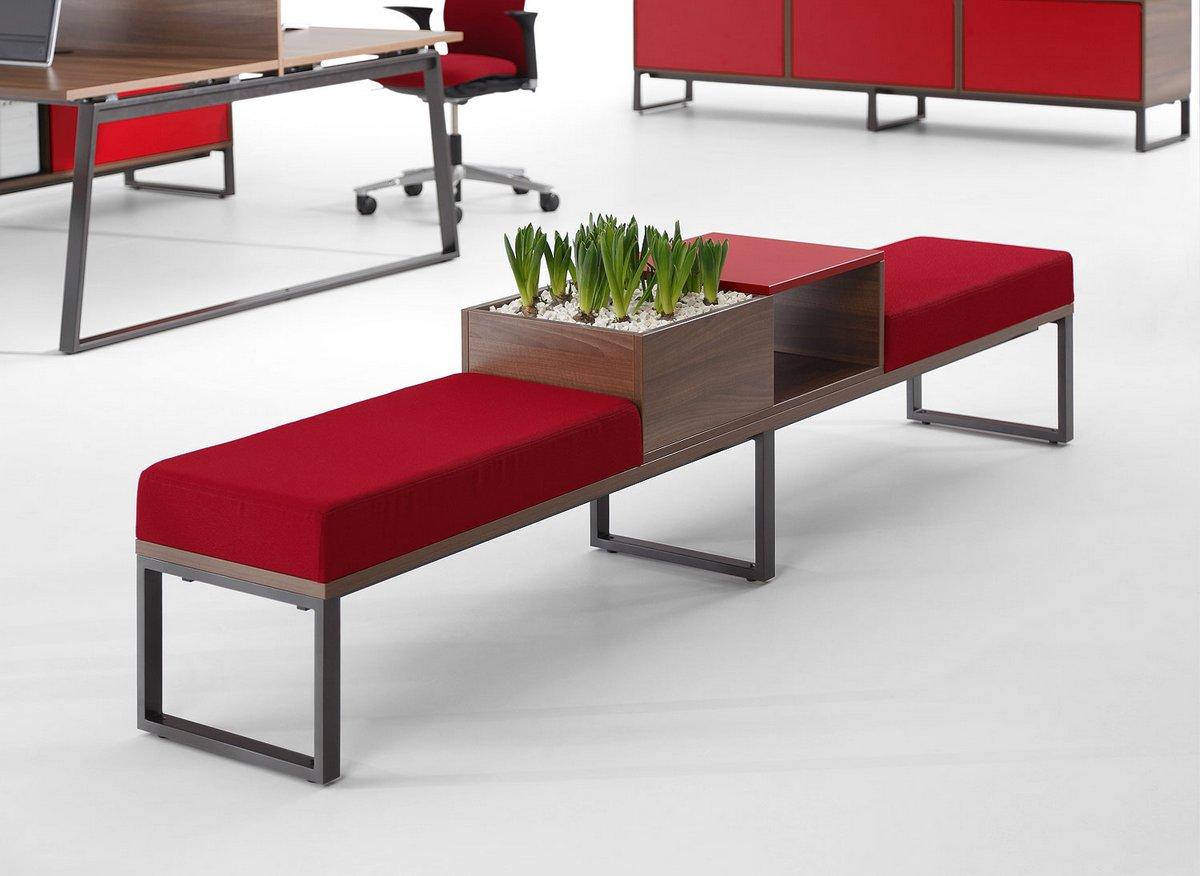 Czerwone poduszki ławek    do biura w systemie Pluris