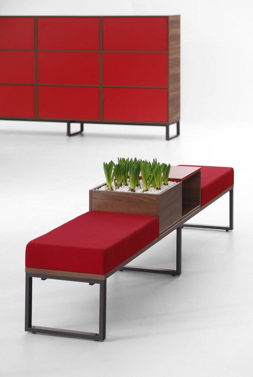 Czerwone poduszki ławek    do biura w systemie Pluris czerwona szafa biurowa