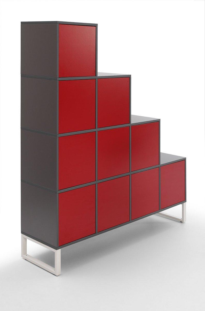 Szafa biurowa wizerunkowa Pluris z czerwonym frontem szafek