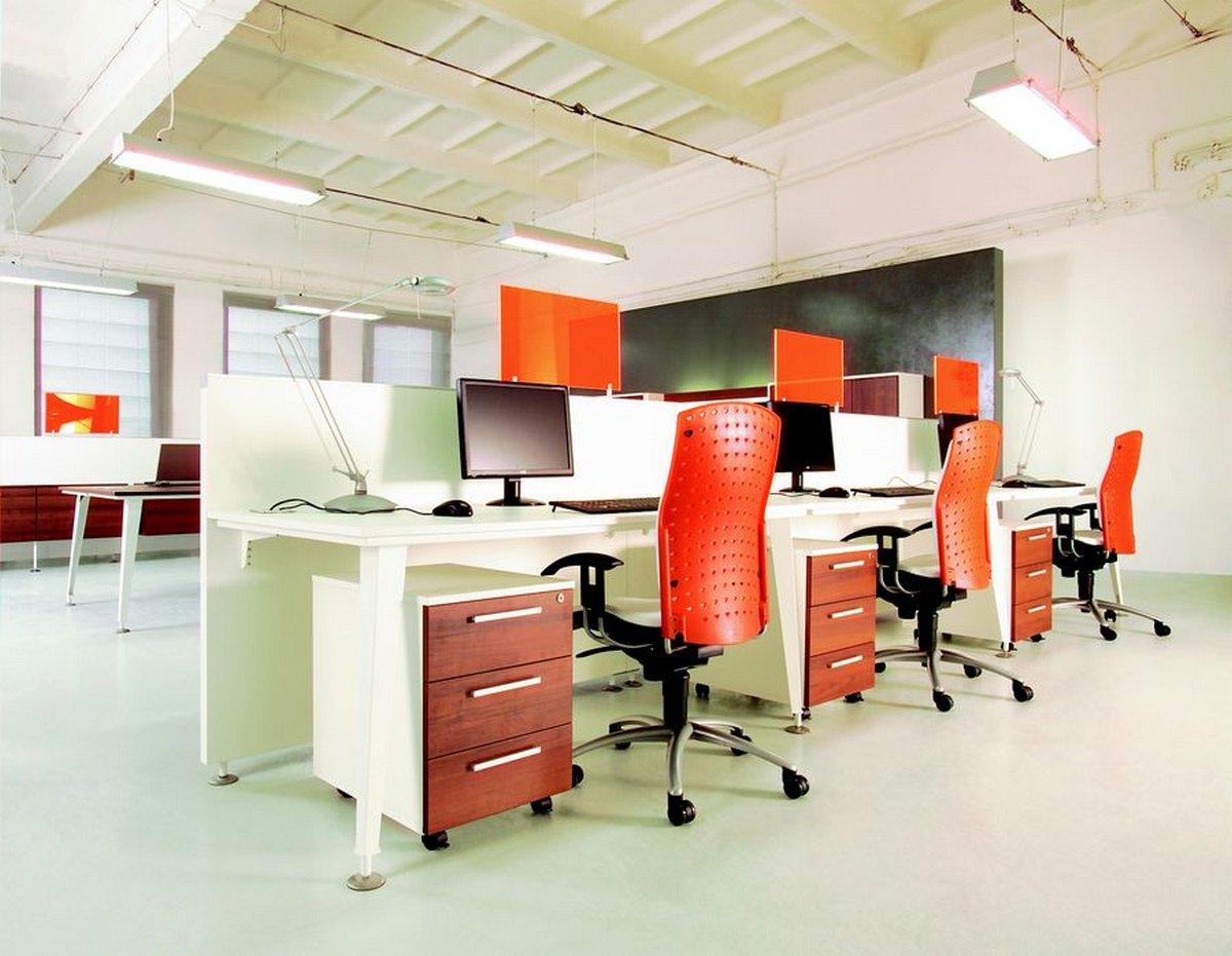 Meble biurowe białe EVO, białe biurka do firmy, pomarańczowe krzesło biurowe
