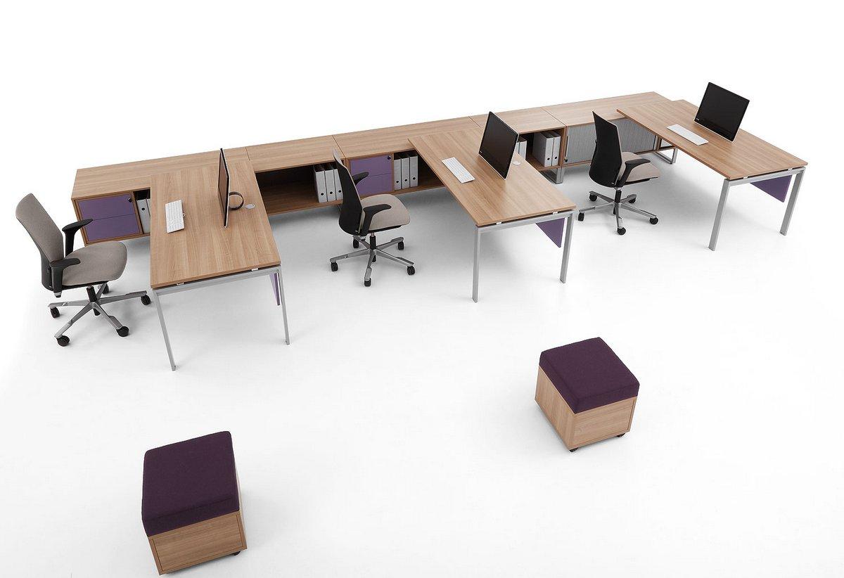 Rozbudowane stanowiska pracy biurka Pluris na stelażu szafka podbiurkowa zamykana fioletowe pufy biurowe