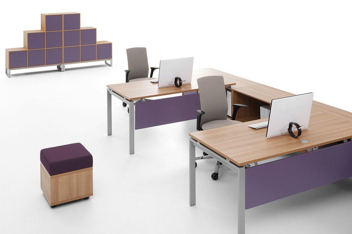 Aranżacja biura w biurka Pluris pufy kontenery szafy biurowe wizerunkowe