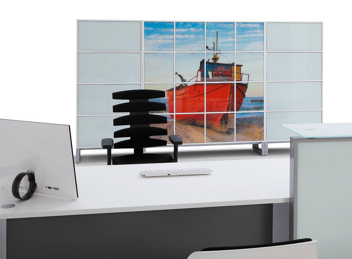 Nowoczesne biurko dla pracownika w systemie mebli procaowniczych Pluris biała blenda frontowa do biurka szafa wizerunkowa biurowa na dokumenty