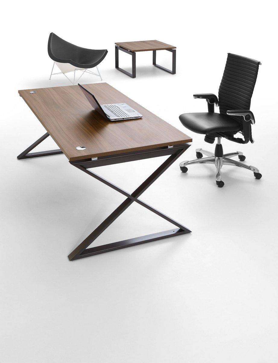 Nowoczesne biurko dla pracownika Pluris biurko na stelażu IKS