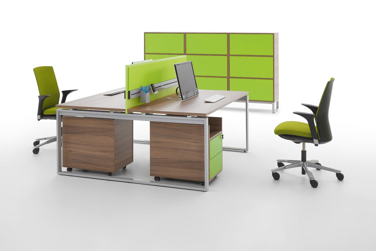 Meble pracownicze Pluris biurko z blatem podwójnym zielone ścianki działowe kontener podbiurkowy regał biurowy na dokumenty