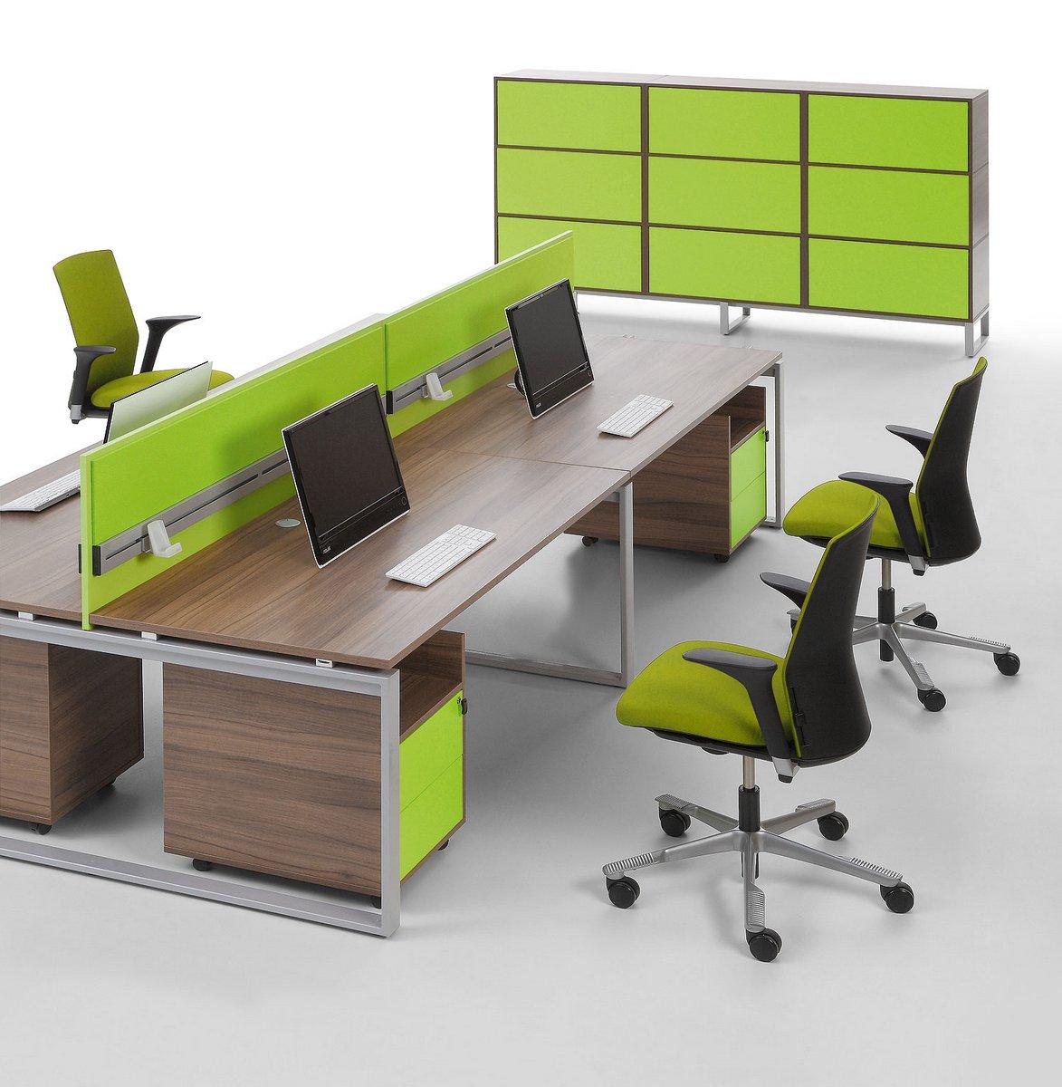 System mebli biurowych Pluris biurka typu bench z podwójnym blatem zielona ścianka działowa pomiędzy biurkami  szafa biurowa