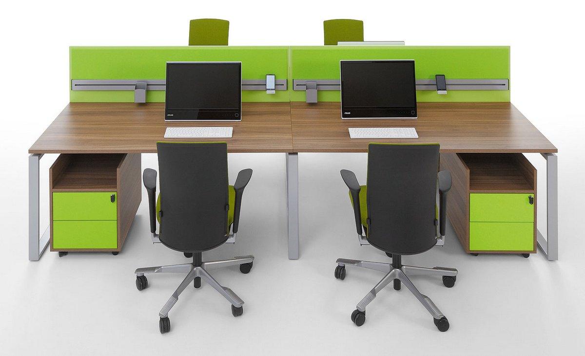Biurka dla pracowników Pluris typu bench podwójny blat biurka bench ze ścianką działową