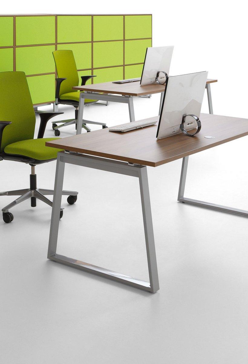 Pojedyncze biurka Pluris ze stelażem trapez szafa biurowa Pluris