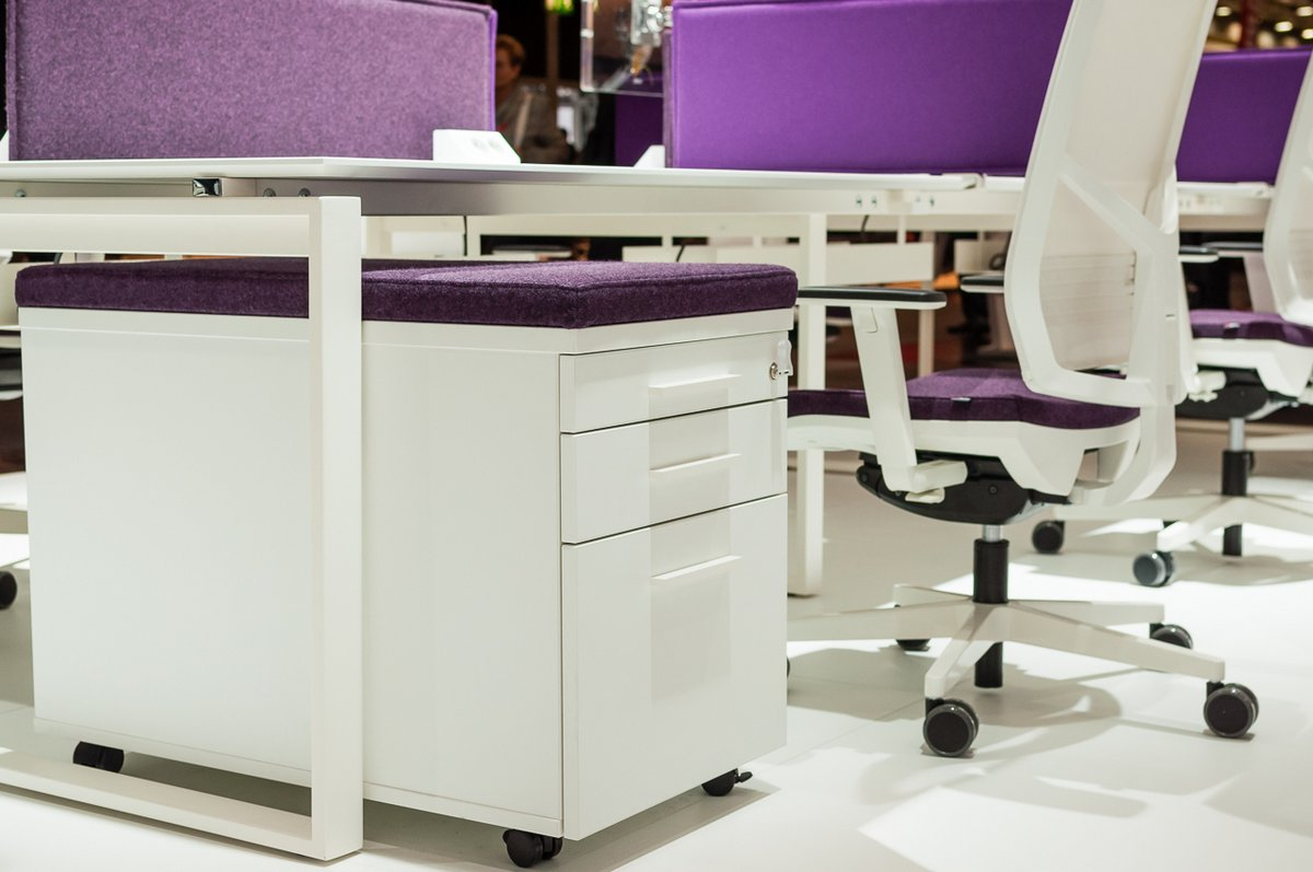 Pufo kontener biurowy Pluris z tapicerowaniem fioletowym