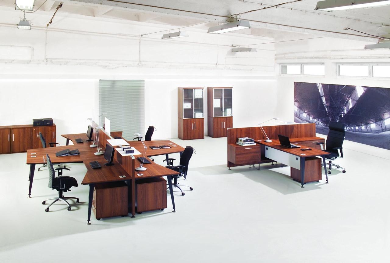 Brązowe meble biurowe EVO, rozbudowane stanowisko pracy, brązowe ścianki działowe do biurka