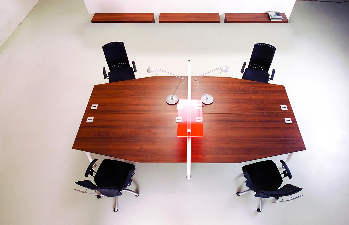 Stół konferencyjny EVO, wielostanowiskowe biurko. brązowe meble biurowe EVO