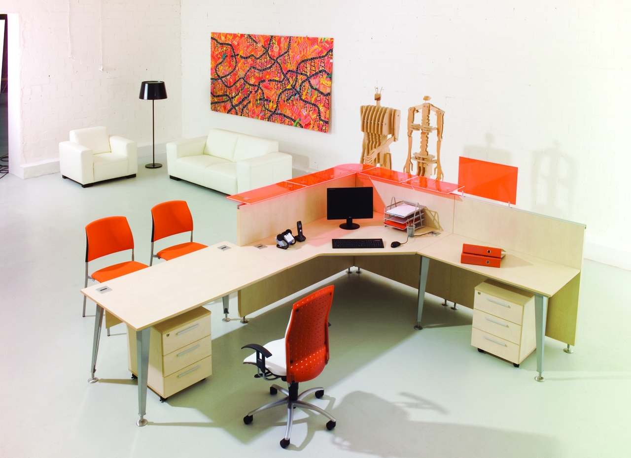 Jasne biurko EVO dla pracownika, dostawka do biurka, biurko narożne do biura