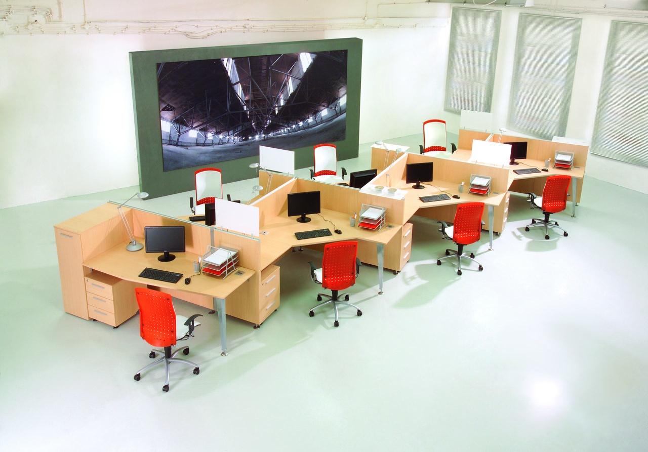 Wielostanowiskowe meble biurowe, biurka dla pracowników, ścianki działowe przy biurku EVO